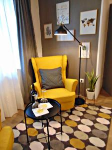 A seating area at Apartments Glam