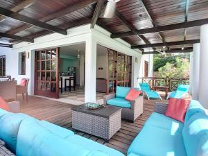Uma área de estar em Cool and Breezy 3 BR Villa in Blue Bay Beach
