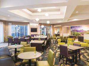 A restaurant or other place to eat at La Quinta by Wyndham Phoenix Chandler