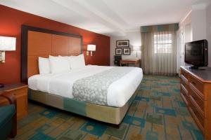 A bed or beds in a room at La Quinta Inn by Wyndham Denver Central