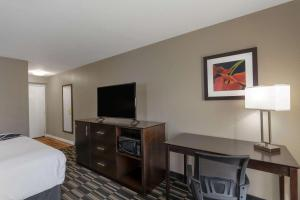 A television and/or entertainment centre at La Quinta by Wyndham Orlando Universal area