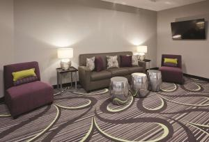 A seating area at La Quinta by Wyndham Minneapolis Bloomington W