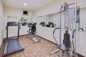 The fitness center and/or fitness facilities at La Quinta Inn by Wyndham Queens (New York City)