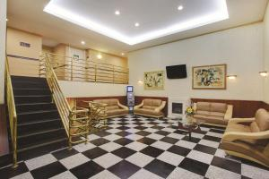 The lobby or reception area at La Quinta Inn by Wyndham Queens (New York City)