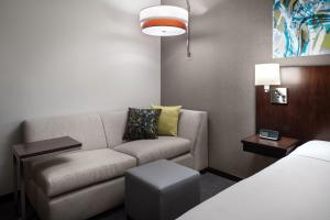 A seating area at Hyatt Place San Francisco/Downtown