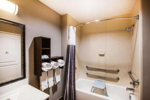 A bathroom at La Quinta by Wyndham Baton Rouge Denham Springs