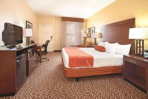 A bed or beds in a room at La Quinta by Wyndham at Zion Park/Springdale
