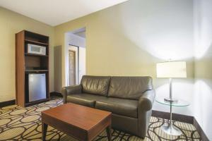 A seating area at La Quinta by Wyndham Conference Center Prescott