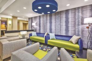 Гостиная зона в La Quinta by Wyndham Niagara Falls