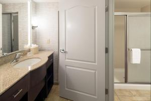 A bathroom at Homewood Suites by Hilton Fresno Airport/Clovis
