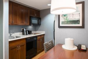 A kitchen or kitchenette at Homewood Suites by Hilton Fresno Airport/Clovis