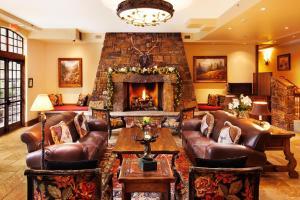 The lounge or bar area at Tivoli Lodge