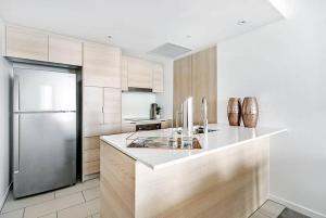 A kitchen or kitchenette at Broadbeach 2 Bedroom FREE WIFI, Netflix & Parking