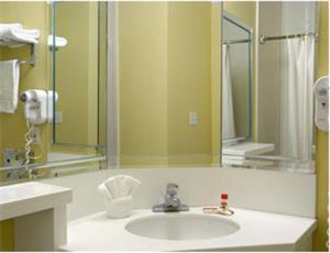 Et badeværelse på Super 8 by Wyndham Los Angeles Downtown