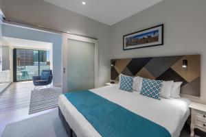 A bed or beds in a room at Wyndham Hotel Melbourne