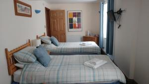 A bed or beds in a room at The Three Horseshoes