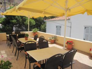 Un restaurante o sitio para comer en Phaedra Hotel