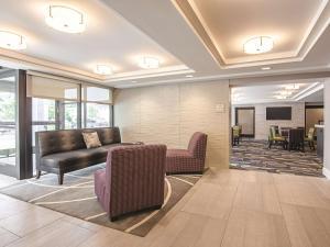 The lobby or reception area at La Quinta by Wyndham Portland