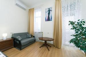 A seating area at Apartment on Saksahanskoho Street
