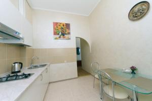 A kitchen or kitchenette at Apartment on Saksahanskoho Street