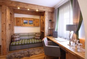 A television and/or entertainment center at Altstadt-Hotel Passau