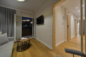 A television and/or entertainment centre at A.P. Acropolis View Apartments