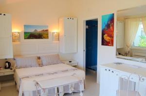 Een bed of bedden in een kamer bij Hotel Budoni Beach