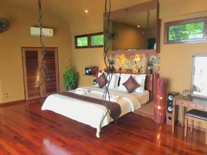 A bed or beds in a room at Monkey Flower Villas
