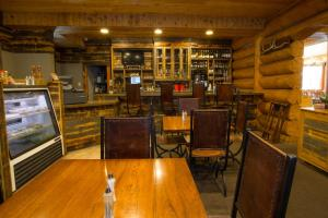 The lounge or bar area at Headwaters Lodge & Cabins at Flagg Ranch