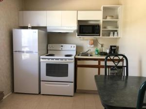 A kitchen or kitchenette at Chase Country Inn