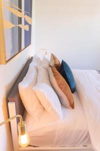 A bed or beds in a room at Iconic Sydney Terrace at The Rocks/Harbour Bridge
