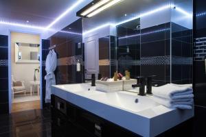 Salle de bains dans l'établissement Hôtel de France