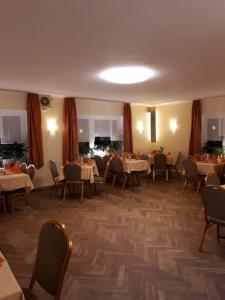 Ein Restaurant oder anderes Speiselokal in der Unterkunft Hotel & Pension Aßmann