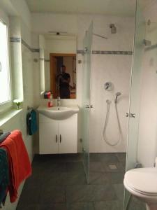 A bathroom at Gästehaus Kleine Lana