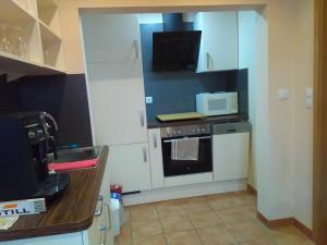A kitchen or kitchenette at Gästehaus Kleine Lana