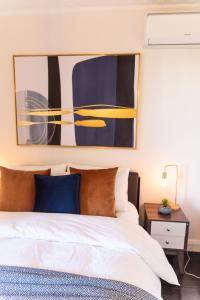 A bed or beds in a room at Famous Sydney Heritage Townhouse @ The Rocks/Harbour Bridge