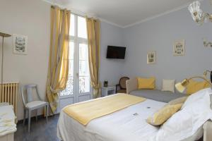 A bed or beds in a room at Hotel du Palais