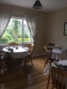 A restaurant or other place to eat at Ballyheefy Lodge