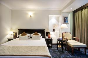 A bed or beds in a room at Hotel Sarina