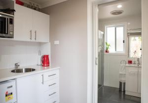 A kitchen or kitchenette at Rivershack Pet Friendly