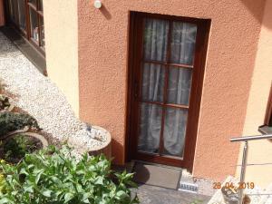 Eine Fassade oder ein Eingang zu Oase