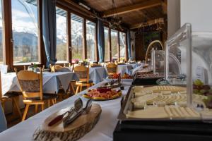 A restaurant or other place to eat at Hotel Vier Jahreszeiten
