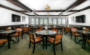 A restaurant or other place to eat at Abbotsford Suite
