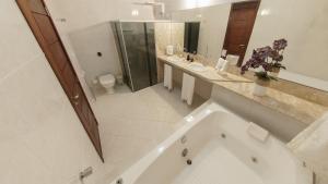 Um banheiro em Mangata Suítes