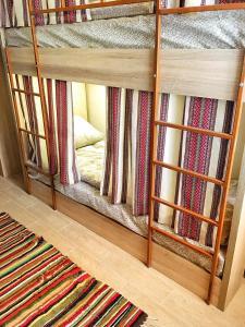 Двухъярусная кровать или двухъярусные кровати в номере Etno Hostel