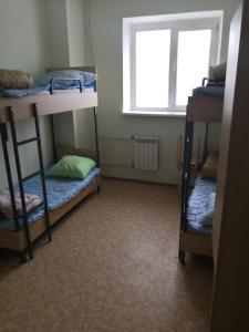 Двухъярусная кровать или двухъярусные кровати в номере Хостел в Купавне