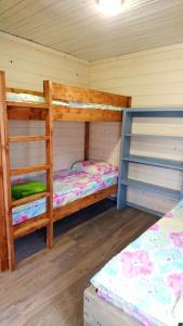 Двухъярусная кровать или двухъярусные кровати в номере Nord Camping Karelia
