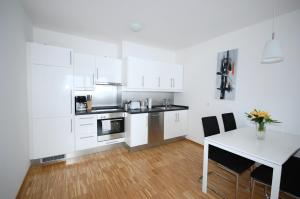 A kitchen or kitchenette at Berlin Habitat