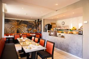 A restaurant or other place to eat at Best Western Alba