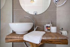 A bathroom at Kalamata Art Hotel
